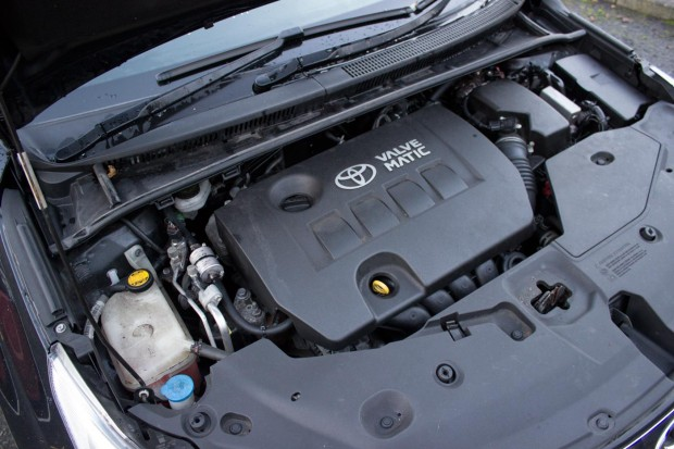 toyota-avensis-engine