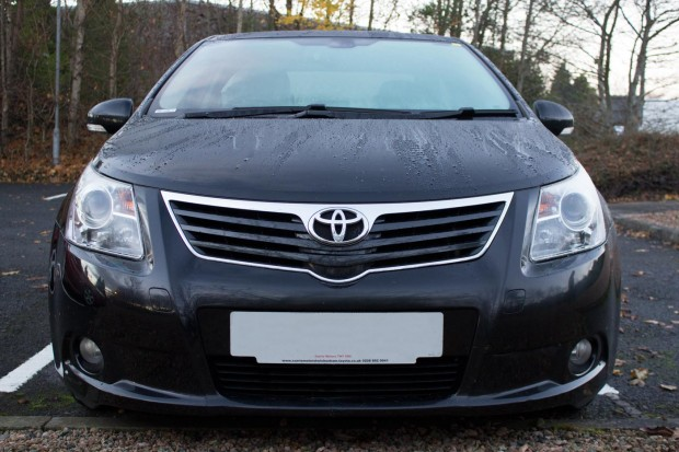 toyota-avensis-front-straight-on